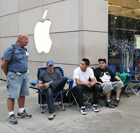 People Line Up For New iPhone 6