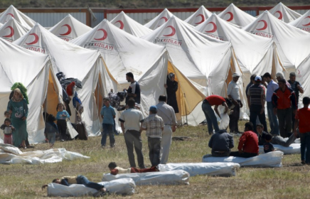 Hundreds of Thousands of Refugees Flee Syria to Turkey